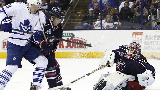 Brankář Columbusu Sergej Bobrovskij likviduje akci hokejistů Toronta.