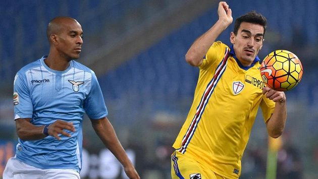 Obránce Lazia Řím Abdoulay Konko (vlevo) a Lazaros Christodoulopoulos ze Sampdorie Janov v dohrávce 16. kola Serie A.