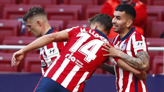 Angel Correa (vpravo) z Atlética se raduje z gólu s Marcosem Llorentem.
