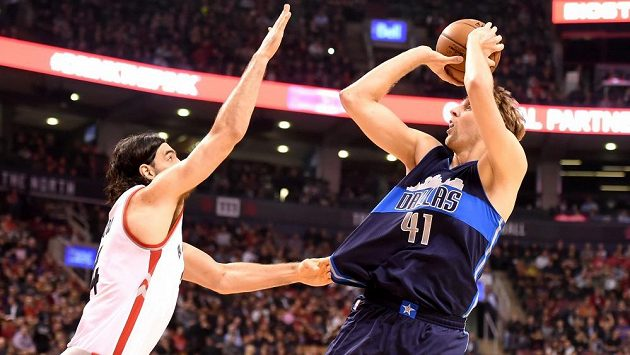 Dirk Nowitzki (41) z Dallasu střílí koš.