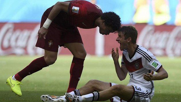 Portugalec Pepe hlavou atakuje Němce Thomase Müllera, za což dostal červenou kartu.