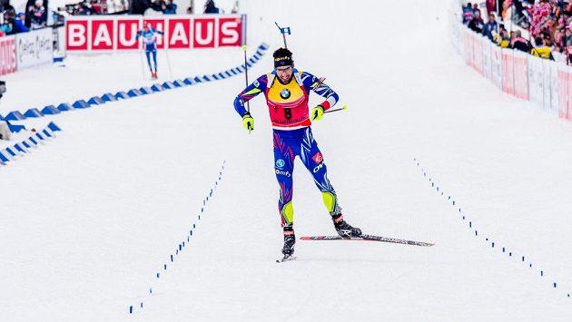 Francouzský biatlonista Martin Fourcade jede do cíle sprintu na mistrovství světa v norském Oslu.