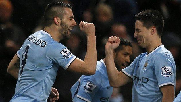 Fotbalisté Manchesteru City Álvaro Negredo (vlevo) a Samir Nasri se radují z gólu španělského útočníka proti West Hamu United.