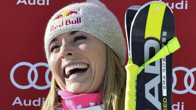 Američanka Lindsey Vonnová se raduje z triumfu v Cortině D'Ampezzo.