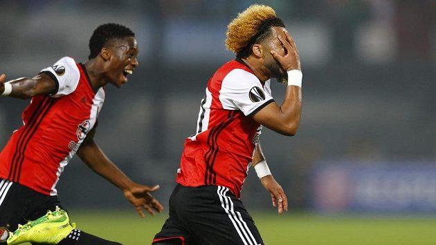 Záložník Tonny Vilhena (vpravo) z Feyenoordu Rotterdam se raduje z vítězného gólu v Evropské lize proti Manchesteru United.