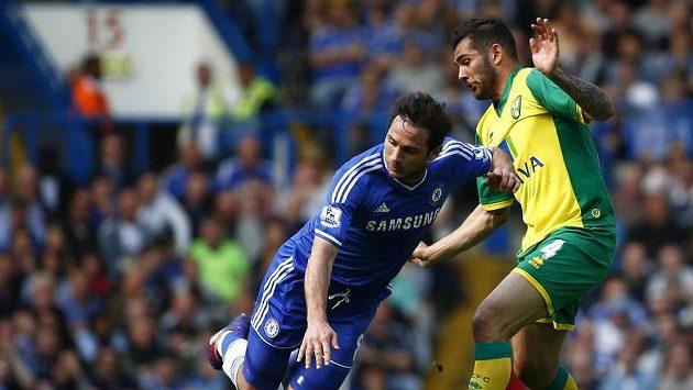Bradley Johnson z Norwiche (vpravo) a Frank Lampard z Chelsea bojují o míč.