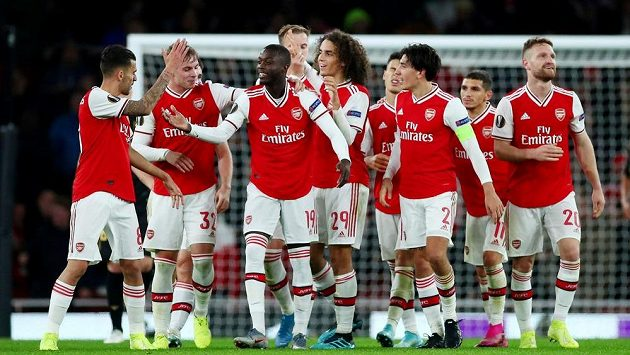 Nicolas Pépé (19) se raduje po třetím gólu Arsenalu proti Guimaraesi.