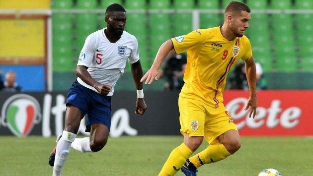 Rumunský fotbalista George Puskas (vpravo) a Angličan Fikayo Tomori v utkání ME do 21 let.