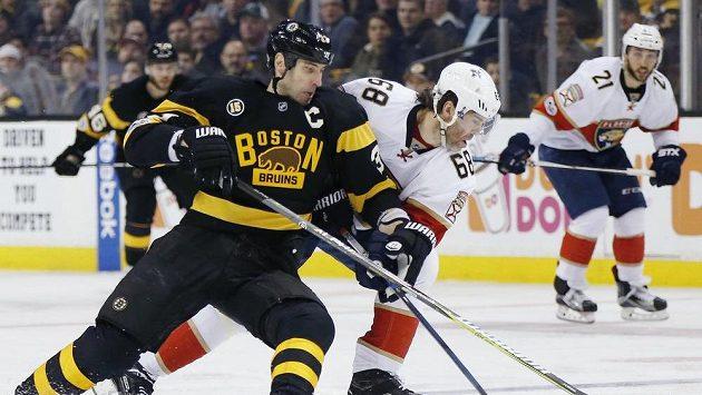 Obránce Bostonu Bruins Zdeno Chára (vlevo) brání útočníka Floridy Jaromíra Jágra.