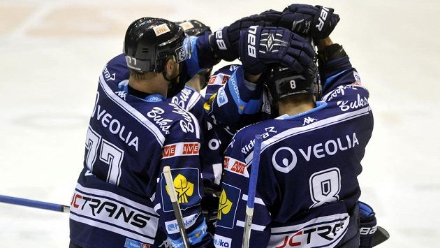 Hokejisté Vítkovic se radují z gólu - ilustrační foto.