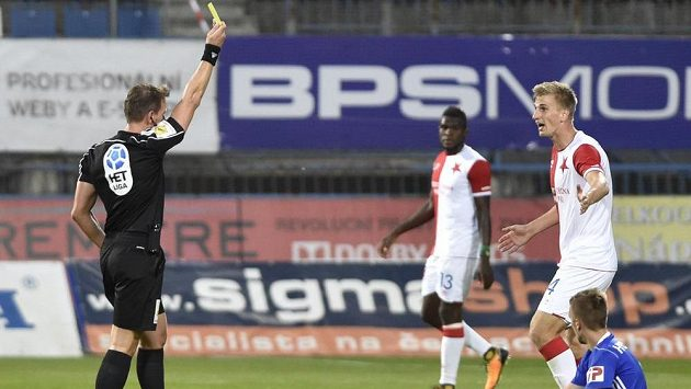 Sudí Karel Hrubeš neměl podle komise rozhodčích uznat fotbalistům Olomouce vyrovnávací branku v sobotním ligovém duelu se Slavií kvůli hraní rukou. Na snímku dává žlutou kartu obránci Slavie Jugasovi.