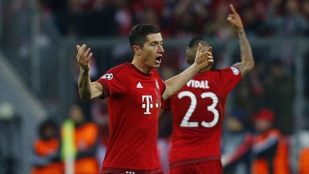 Polský útočník Robert Lewandowski (vpředu) v dresu Bayernu.