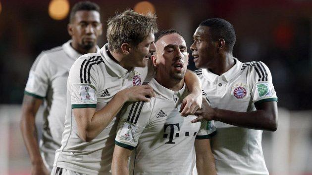Fotbalista Bayernu Mnichov Franck Ribery (uprostřed) oslavuje se svými spoluhráči gól proti Kuang-čou Evergrande na MS klubů.