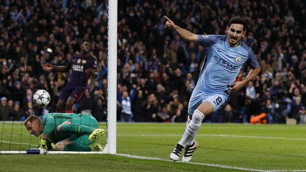 Ilkay Gündogan z Manchesteru City jásá po vyrovnávacím gólu proti Barceloně.
