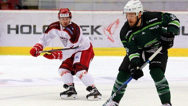 Filip Bajtek (vlevo) ještě v dresu Frýdku-Místku v loňském zápase první ligy s Karlovými Vary. Vpravo Tomáš Rachůnek.