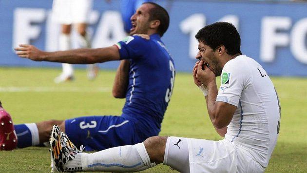 Známá scénka z loňského MS - Ital Giorgio Chiellini si drží rameno, uruguayský snajpr Luis Suárez zase chrup.