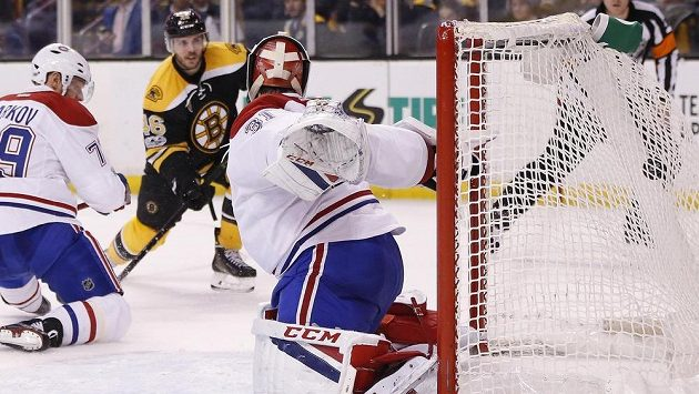David Krejčí (46) z Bostonu překonává gólmana Careyho Price (31) z Montrealu.