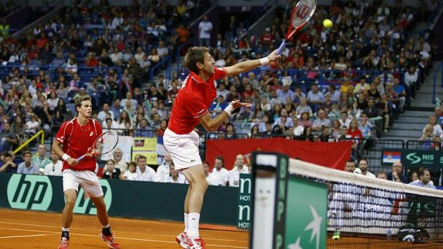 Kanadský deblový pár Daniel Nestor (vpravo) a Vasek Pospisil v semifinálovém utkání Davisova poháru proti Srbsku.