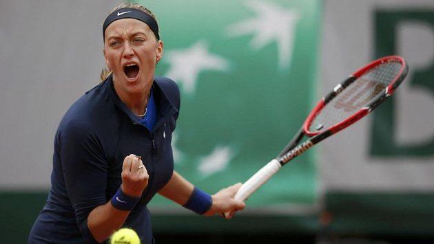 Petra Kvitová se raduje z vítězného míče v zápase 1. kola French Open proti Černohorce Koviničové.