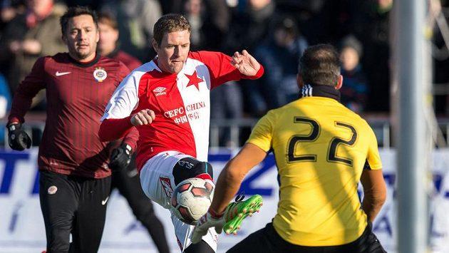 Slávista Karel Piták během tradičního Silvestrovského derby internacionálů ohrožuje Jaromíra Blažka v brance Sparty. Vlevo je Miroslav Baranek.