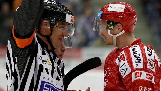 Daniel Rákos z Třince diskutuje s rozhodčím ve čtvrtém zápase hokejového čtvrtfinále play off proti Chomutovu.
