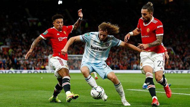 Alex Král (uprostřed) při své premiéře v týmu West Hamu v duelu s Manchesterm United.