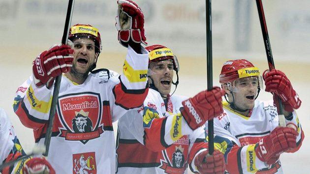 Hokejisté Mountfieldu Hradec Králové se radují z premiérové výhry v extraligové sezóně.