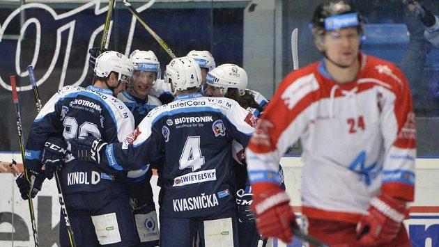 Radost hokejistů Plzně v utkání proti Olomouci.