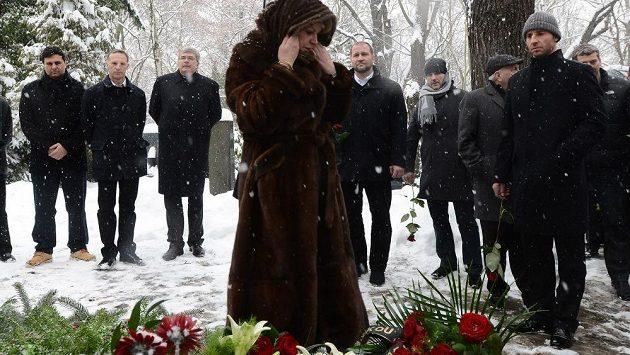 Liběna Hlinková, vdova po Ivanu Hlinkovi, položila na Olšanských hřbitovech v Praze za účasti zlatých hokejových olympijských medailistů z Nagana věnec k manželovu hrobu.