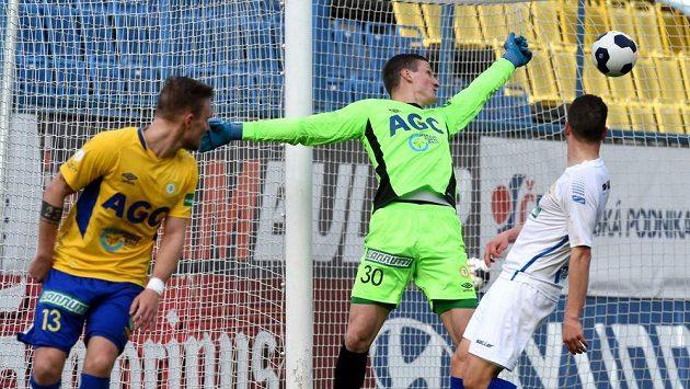 Teplický brankář Tomáš Grigar (uprostřed) pouští gól. Vlevo Jakub Hora z Teplic, vpravo Lukáš Holík ze Zlína.