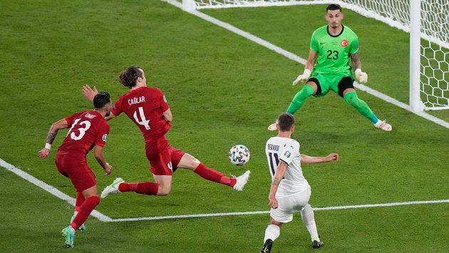 Ital Domenico Berardi centruje, Turek Merih Demiral (není na snímku) srazil míč do vlastní branky.