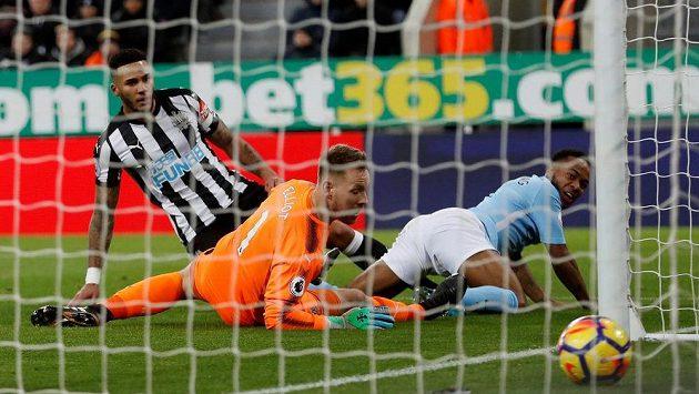 Raheem Sterling (zcela vpravo) poté, co vstřelil jediný a vítězný gól Manchesteru City v souboji s Newcastlem.