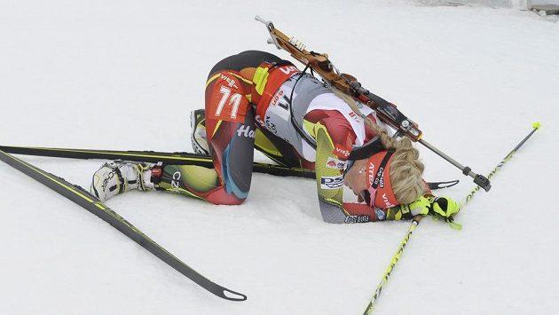 Vyčerpaná Gabriela Soukalová v cíli po sprintu ve finském Kontiolahti.