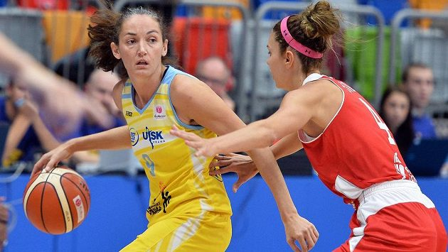 Zleva Laila Palauová z USK Praha a Pinar Demiroková z Kayserisporu.
