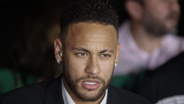 Brazilský fotbalista Neymar hovoří s novináři poté, co odpovídal na dodatečné dotazy policistů k případu údajného znásilnění modelky Trindadeové.