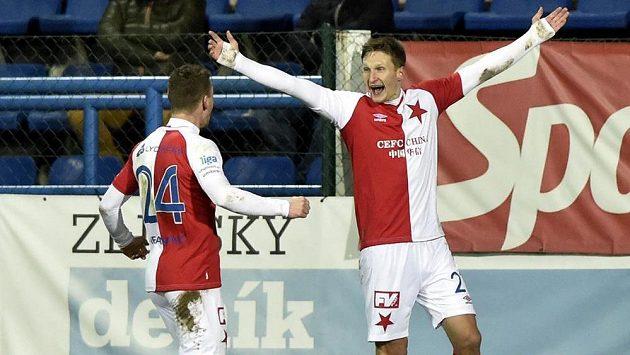 Slávističtí útočníci Milan Škoda (vpravo) s Murisem Mešanovičem slaví jednu z branek proti Zlínu.