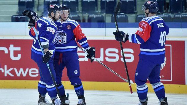 Hokejisté Liberce zleva Martin Bakoš, autor tří gólů Michal Bulíř a Ondřej Vitásek v duelu 1. kola play off Ligy mistrů proti Linköpingu.