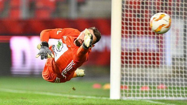 Boleslavský brankář Jan Šeda inkasuje v duelu se Slavií z penalty.