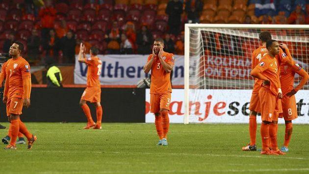 Smutní fotbalisté Nizozemska po porážce s Českem v kvalifikaci ME 2016.