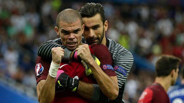 Portugalský brankář Rui Patricio (vpravo) a Pepe po triumfu ve finále ME.