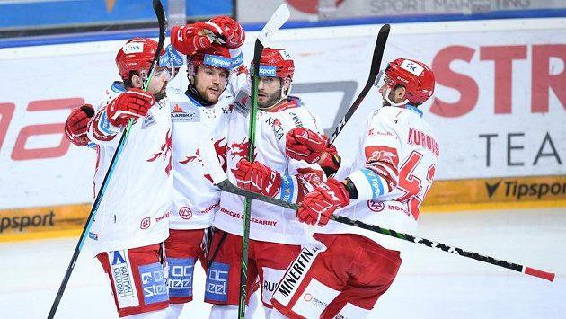 Hokejoví Oceláři Třinec se radují z gólu.