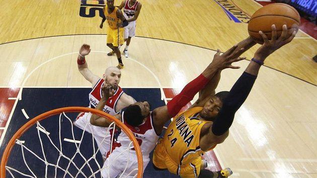 Hvězda basketbalistů Indiana Paul George při zakončení v zápase s Wizards.