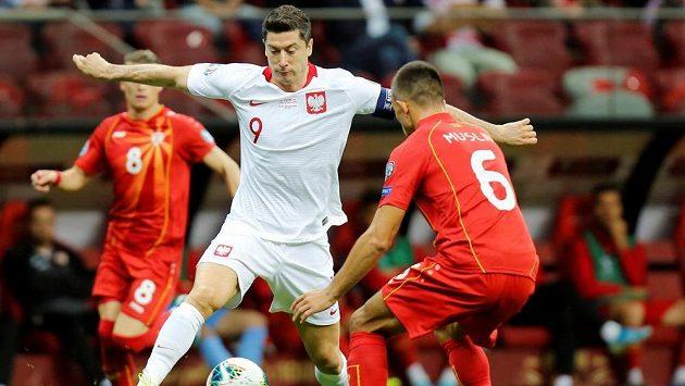 Polský útočník Robert Lewandowski (uprostřed) během kvalifikačního duelu proti Severní Makedonii.