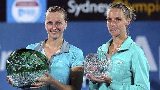 Vítězka Petra Kvitová (vlevo) a finalistka Karolína Plíšková s trofejemi na turnaji v Sydney.