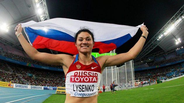 Kladivářka Taťjana Lysenková se raduje z triumfu. její podvod byl ale znovu odhalen.