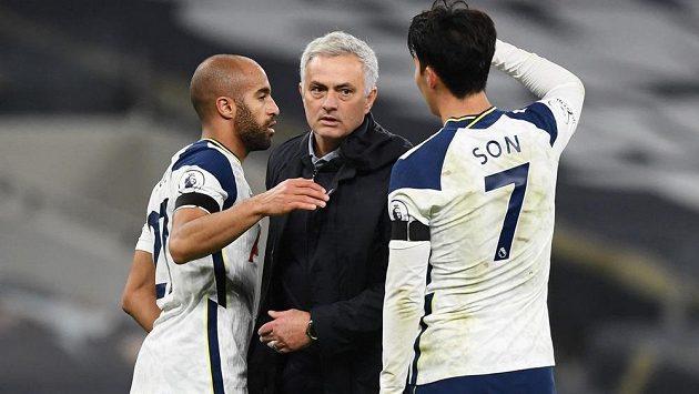 Manažer Tottenhamu Hotspur José Mourinho slaví se svými svěřenci výhru nad Manchesterem City v Premier League.