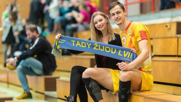 Volejbalista pražských Lvů Šimon Krajčovič a jeho krásná partnerka - modelka Kristína Kramárová.