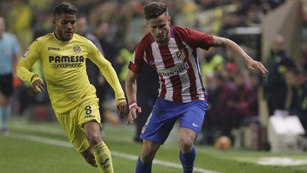 Záložník Atlética Saúl (vpravo) kontroluje míč před dotírajícím Jonathanem dos Santosem z Villarrealu.