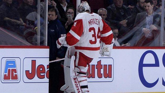 Gólman Detroitu Petr Mrázek předčasně opouští led při utkání s Montrealem.