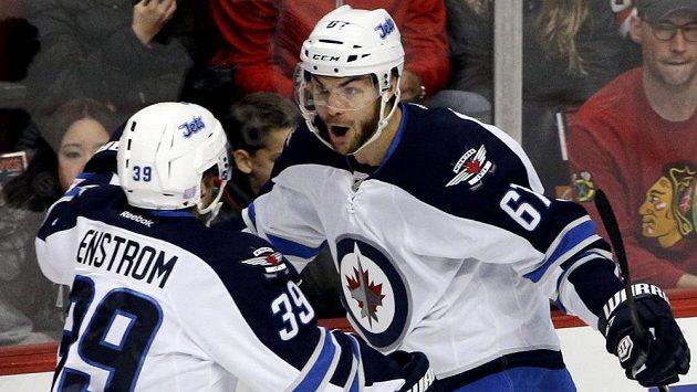 Hokejista Winnipegu Michael Frolík (vpravo) slaví vítězný gól proti Chicagu se spoluhráčem Tobym Enströmem.